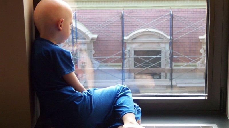 A Neuchâtel, des mamans vendent des badges pour la recherche contre le cancer de l'enfant