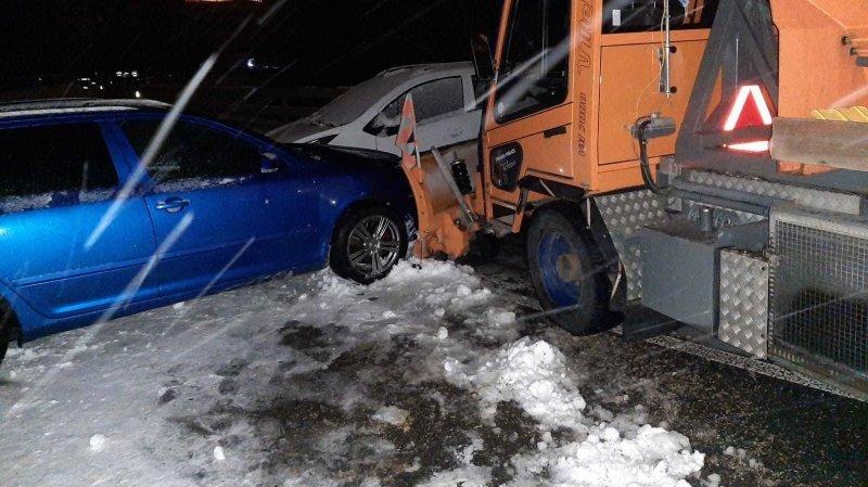 Le chasse-neige n'a pas réussi à éviter les voitures bloquées par la neige.