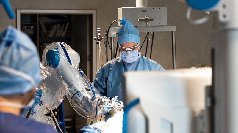 Le Dr Vincent Villa, chirurgien orthopédiste, assisté par la technologie médicale robotisée lors d'une opération du genou.