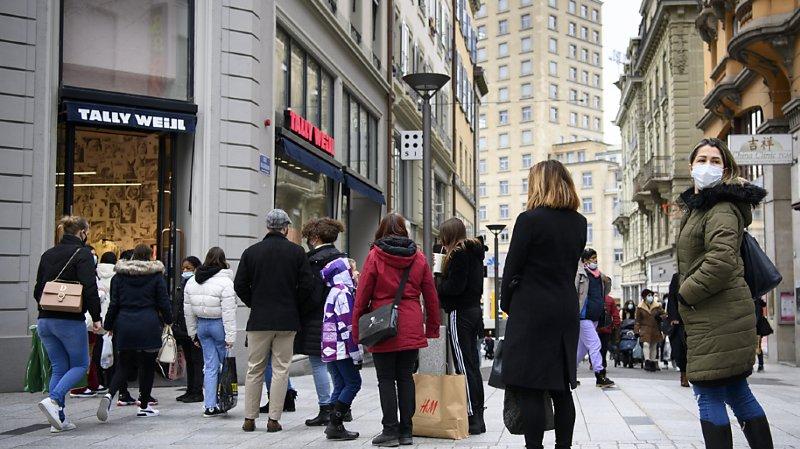 Il fallait faire la queue samedi pour entrer dans bon nombre de commerces lausannois.