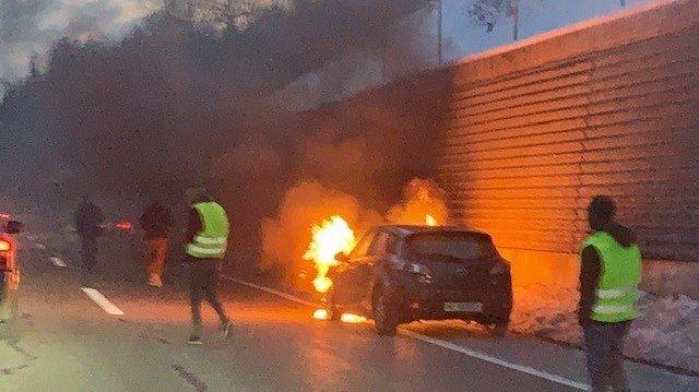 Une voiture en feu à la sortie du tunnel des Hauts-Geneveys ce samedi en fin d'après-midi.