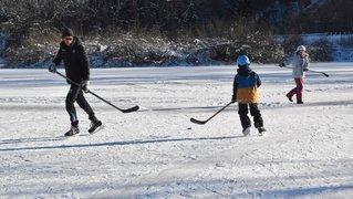 Les Brenets: il vaut mieux éviter les parties de hockey sur le lac gelé