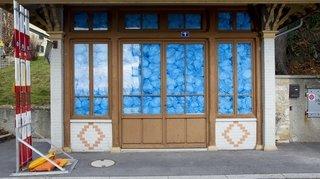 Neuchâtel: remplie de poubelles bleues, la galerie du Palais ne peut être visitée