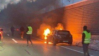 Une voiture en feu à la sortie du tunnel des Hauts-Geneveys