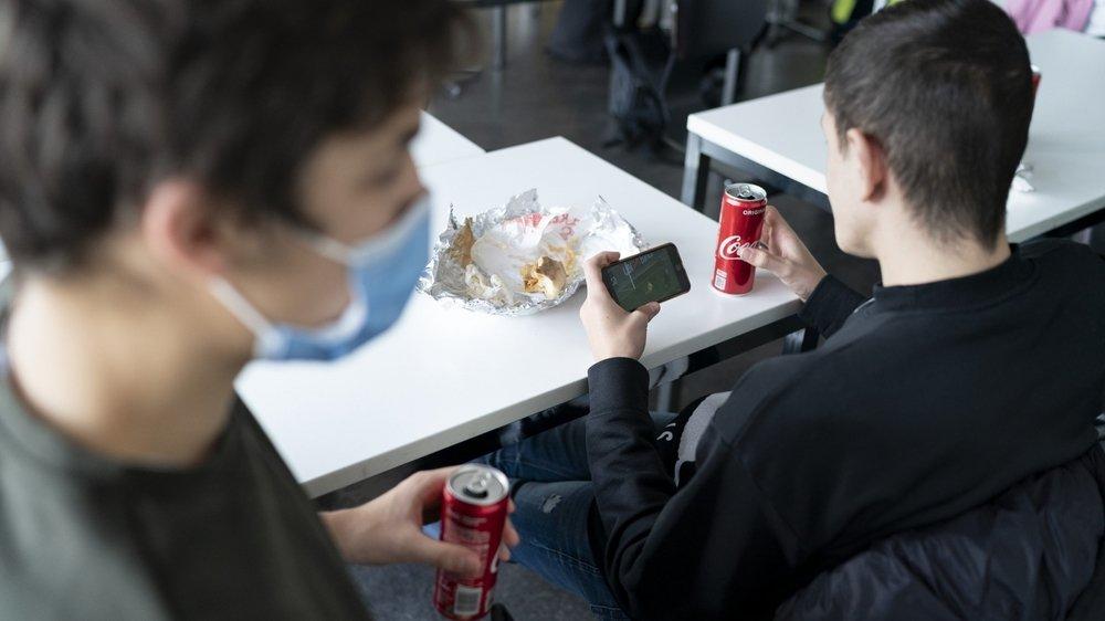 Il y a plus de risques de contamination dans les salles de classe car les élèves doivent parfois y manger à midi.