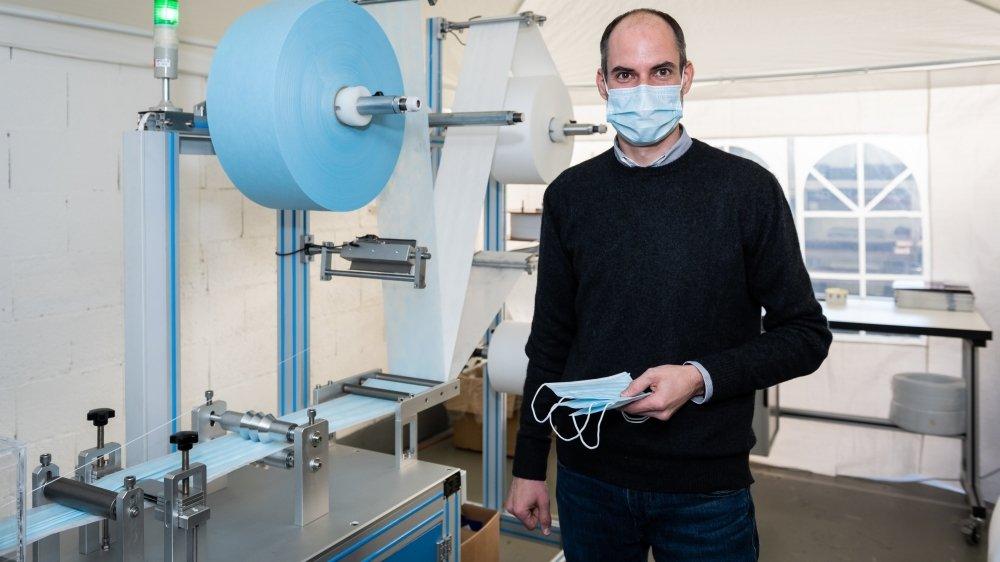 Nicolas Choain, le patron d'EPSA, devant sa ligne de production de masques à Boudry.