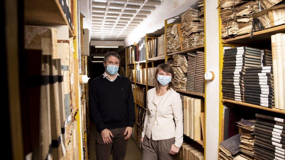 """L'archiviste cantonal Lionel Bartolini et son adjointe Christine Rodeschini dans le """"palais de cristal"""" des archives de l'Etat."""