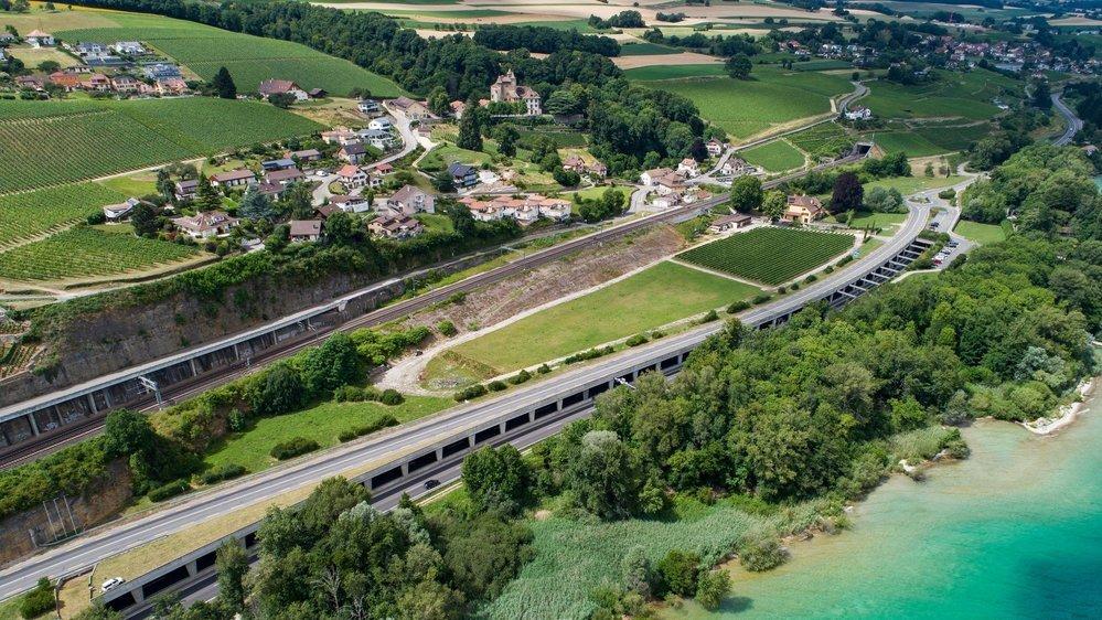 La zone prévue par le Conseil d'Etat pour l'accueil des gens du voyage suisses (entre la voie de chemin de fer et la route) est située sur la commune de La Grande Béroche.
