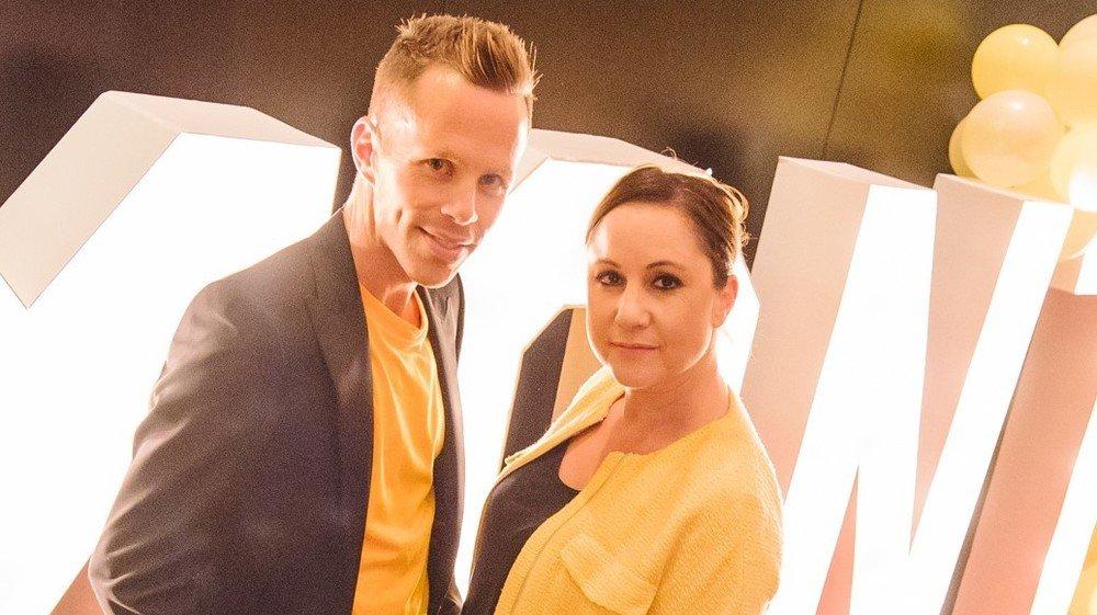 Aurélie Candaux avec Mirko Rochat, l'un des douze humoristes qu'elle produit et dont les spectacles ont dû être, pour l'heure, annulés.