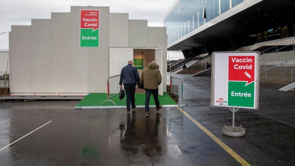 L'entrée du deuxième centre de vaccination cantonal, à quelques pas de la Maladière, à Neuchâtel.