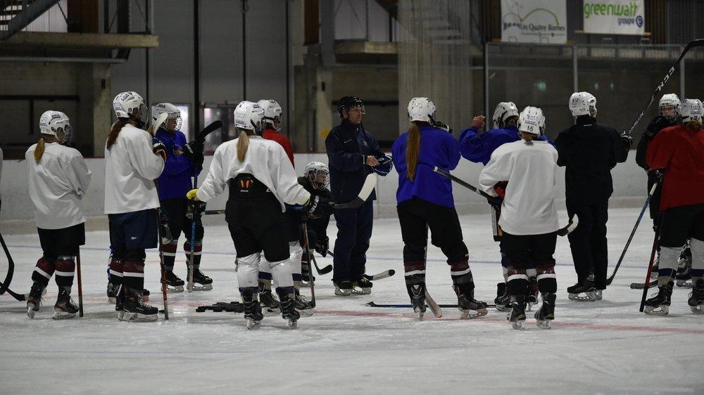 Comme les hockeyeurs professionnels, le contingent de la Neuchâtel Hockey Academy s'entraîne toujours avec un effectif au complet et sans distanciation.