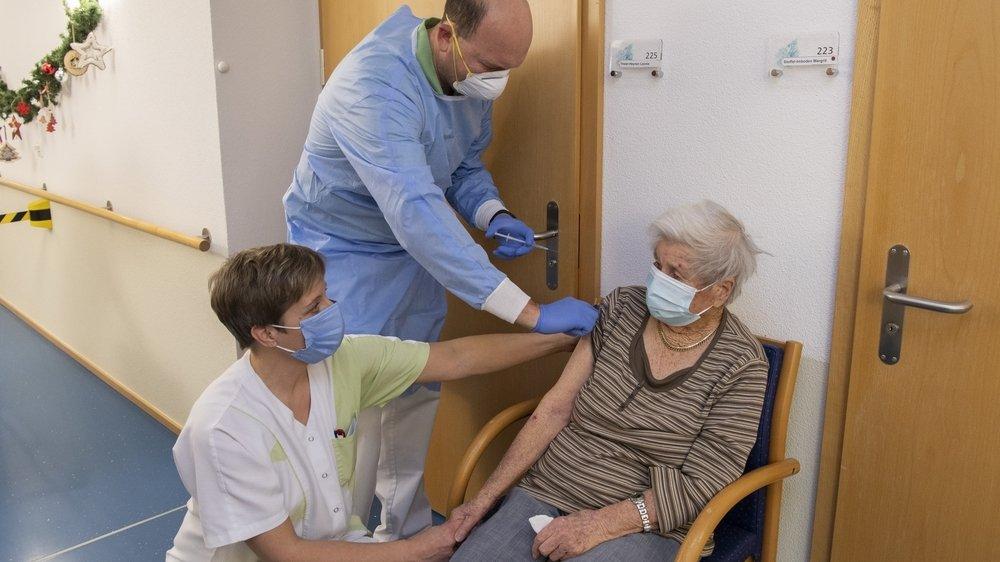 La complexité de conservation du vaccin Pfizer a amené l'élimination d'une trentaine de doses dans un EMS vaudruzien (photo d'illustration dans un autre établissement).