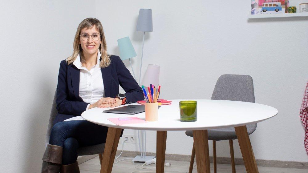 Sabrina Streit, à la tête de l'entreprise Neswa, décline son offre de coaching et de formation sur une plateforme digitale, ce qui permet aux inscrits de gérer eux-mêmes leur transition de carrière.