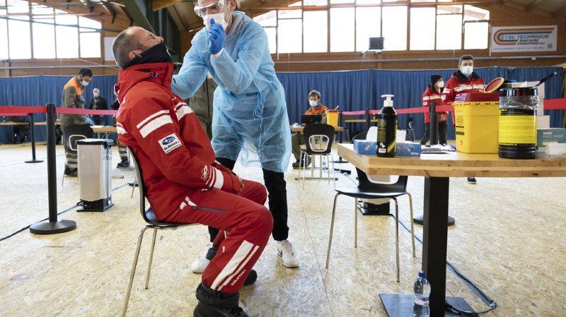 Un agent de santé prélève un échantillon nasal lors d'un test de dépistage du coronavirus à large échelle, vendredi 5 fevrier 2021, à Villars-sur-Ollon.