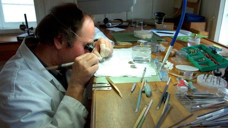 Le savoir-faire horloger de l'arc jurassien est désormais reconnu à l'Unesco. Suisses et Français veulent en profiter.