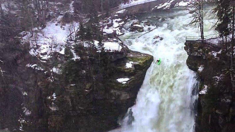 Des kayakistes sur le Saut-du-Doubs en crue