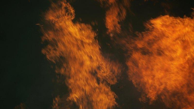 Une ferme ravagée par les flammes à Cortébert
