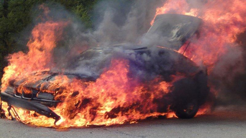 Une voiture en feu (image d'illustration) a mobilisé les pompiers dans la nuit au Val-de-Ruz.