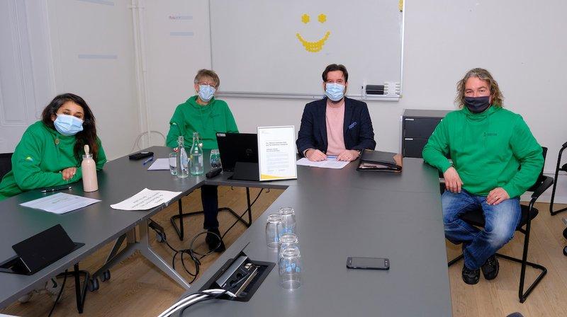 En vert, les médiateurs urbains de la Ville de Neuchâtel, sur le terrain depuis 2015.