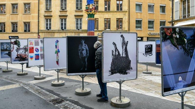 Les étudiants de l'Académie de Meuron sortent de leurs murs et exposent leurs travaux aux abords de la fontaine de la Justice, à Neuchâtel.