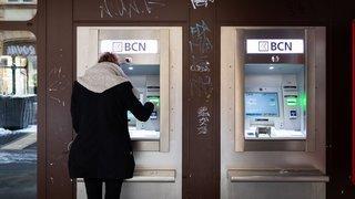 Val-de-Ruz: un bancomat avale sa carte et la banque lui fait des misères