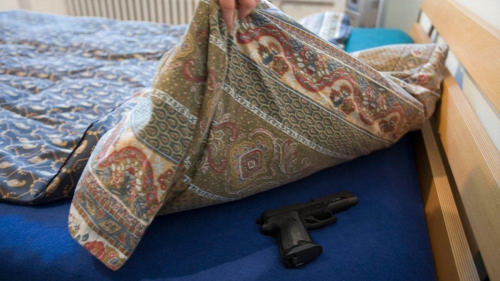 La prévenue aurait menacé son ex avec un pistolet, vociférant des injures à son encontre.