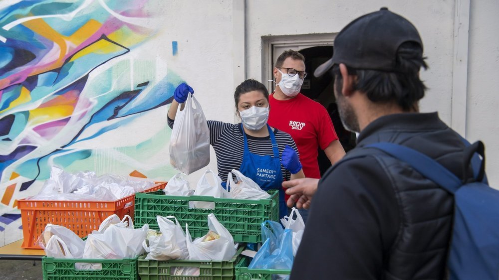 Distribution de nourriture à Genève, dans une période pandémique qui fragilise davantage encore les plus précarisés.
