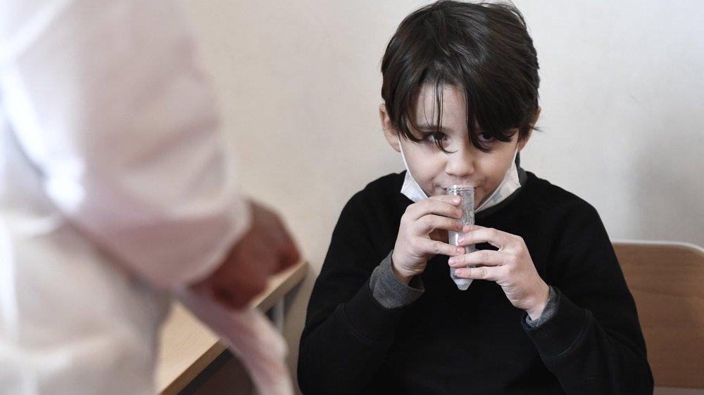 Les autorités sanitaires veulent pouvoir procéder rapidement à des tests salivaires en cas de foyers d'infection au Covid-19 dans les écoles.