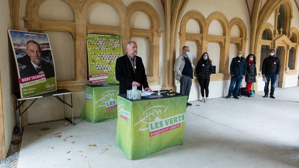 La conférence de presse des Verts, représentés ici par Roby Tschopp, s'est déroulée dans le cloître de la Collégiale de Neuchâtel.