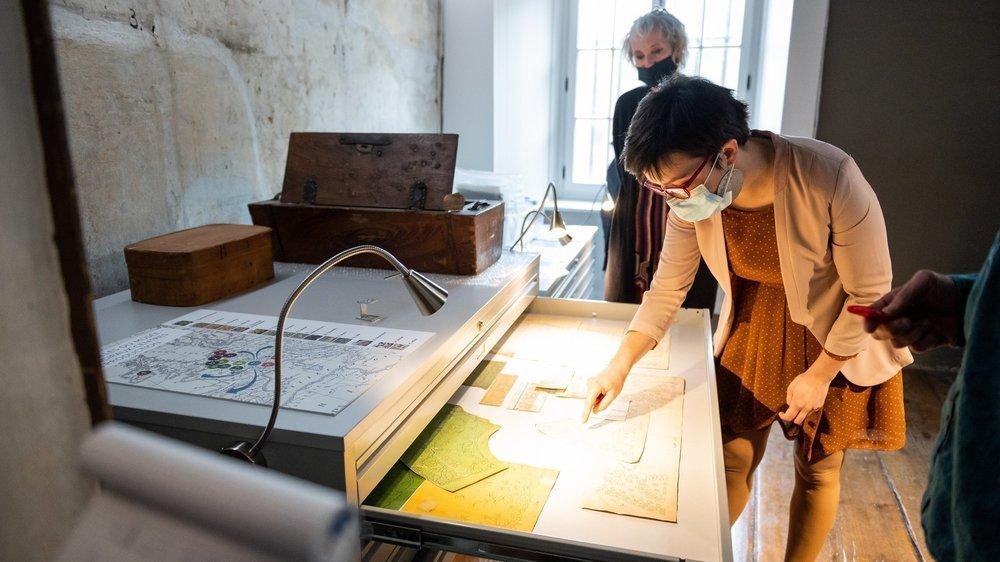 La conservatrice du musée, Camille Jéquier, dévoile quelques dentelles.