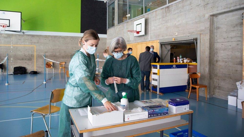 Photo prise lors de la préparation du dépistage ce jeudi après-midi dans une salle de gymnastique du collège Numa-Droz, à La Chaux-de-Fonds.