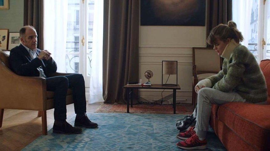 Le Dr Dayan (Frédéric Pierrot) face à Camille (Céleste Brunnquell), une adolescente en consultation suite à un accident de la route.