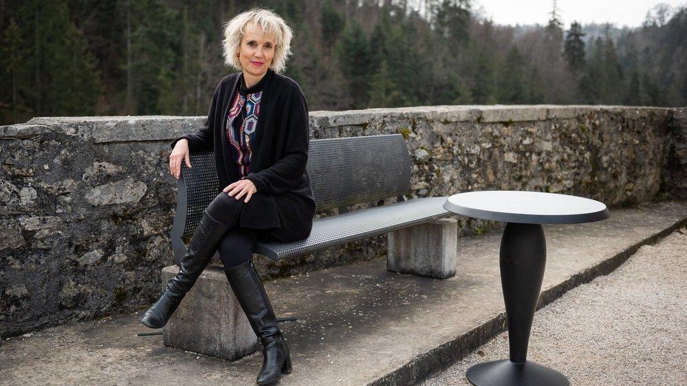 L'artiste Catherine Gfeller dans la cour du château de Valangin où auront lieu mercredi les premières projections.