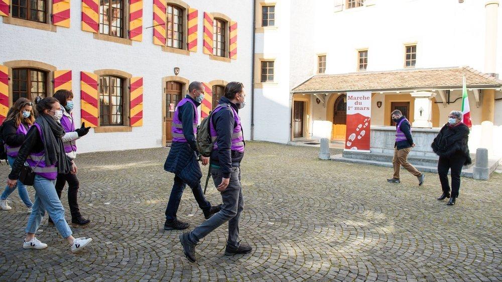 La mini-colonne révolutionnaire à son arrivée dans la cour du Château de Neuchâtel, ce lundi en fin de matinée.