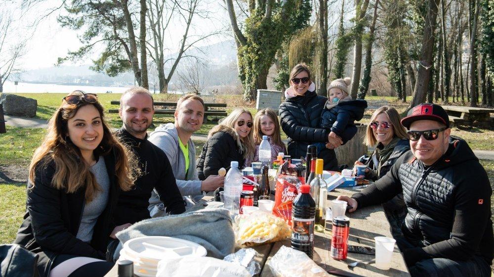 Heureux de pouvoir enfin se retrouver, ce groupe d'amis a organisé un pique-nique au bord du lac à Saint-Blaise.