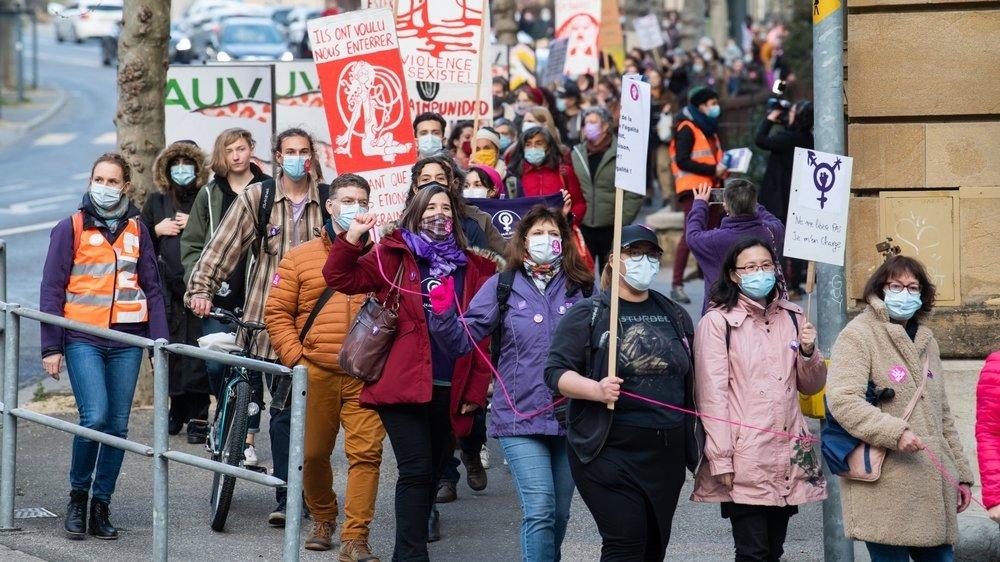 Le défilé pour la journée du 8 mars est descendu de la gare de Neuchâtel au centre-ville.
