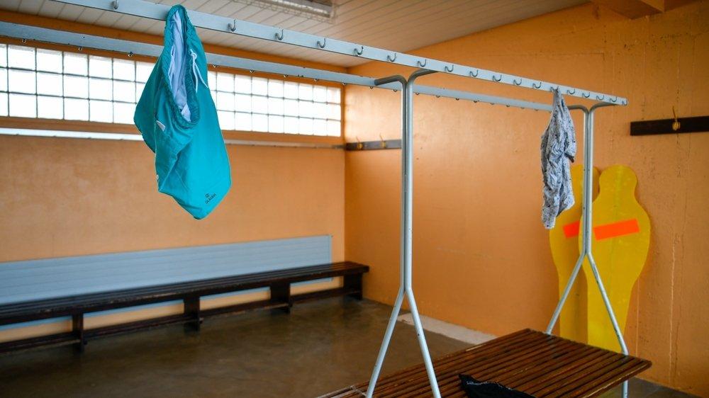 Un vestiaire des juniors du FC La Chaux-de-Fonds, où des accusations d'abus visent un entraîneur.