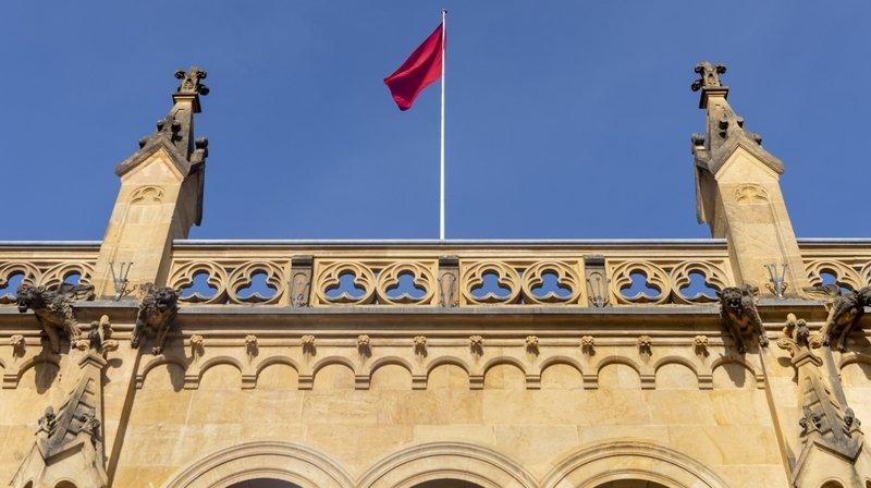 Le canton de Neuchâtel (ici le drapeau rouge sur le château) augmente son enveloppe en faveur des entreprises.