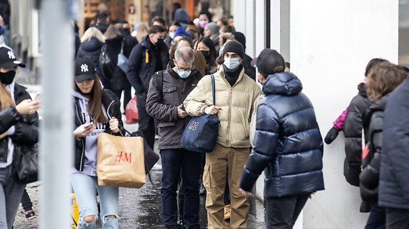 Des files d'attente s'étaient formées le dernier jour de l'ouverture des magasins, comme ici à Zurich.
