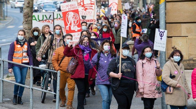 200 personnes ont défilé à Neuchâtel pour les droits des femmes