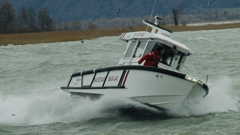 Lac de Neuchâtel: sauvetage en pleine tempête d'une personne en paddle