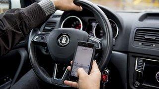 Neuchâtel: pianoter sur son smartphone en conduisant pourra entraîner une dénonciation au Ministère public