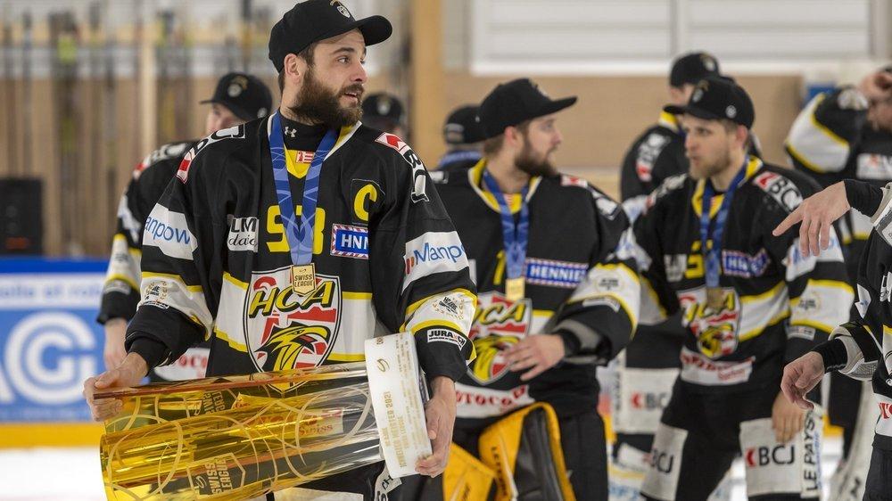 Jordane Hauert, capitaine du HC Ajoie et fils du président Patrick Hauert, avec la coupe de champion de Swiss League.