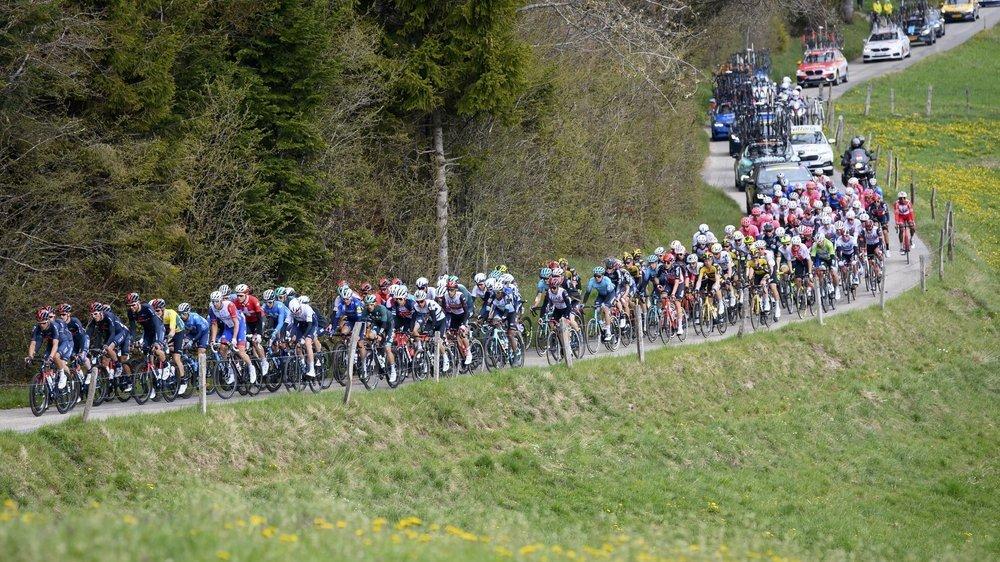 Quelques spectateurs assistent au passage des coureurs au sommet du col des Pontins.