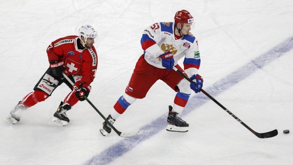 Jason Fuchs (à gauche), qui part à la chasse de l'attaquant russe Artyom Shvets-Rogovoi, aspire à participer aux Mondiaux cette saison.