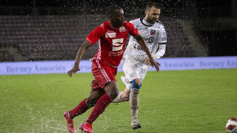Le Lausannois Guy Mbenza et le Xamaxien Igor Djuric lutte pour le contrôle de la balle sous des trombes d'eau.