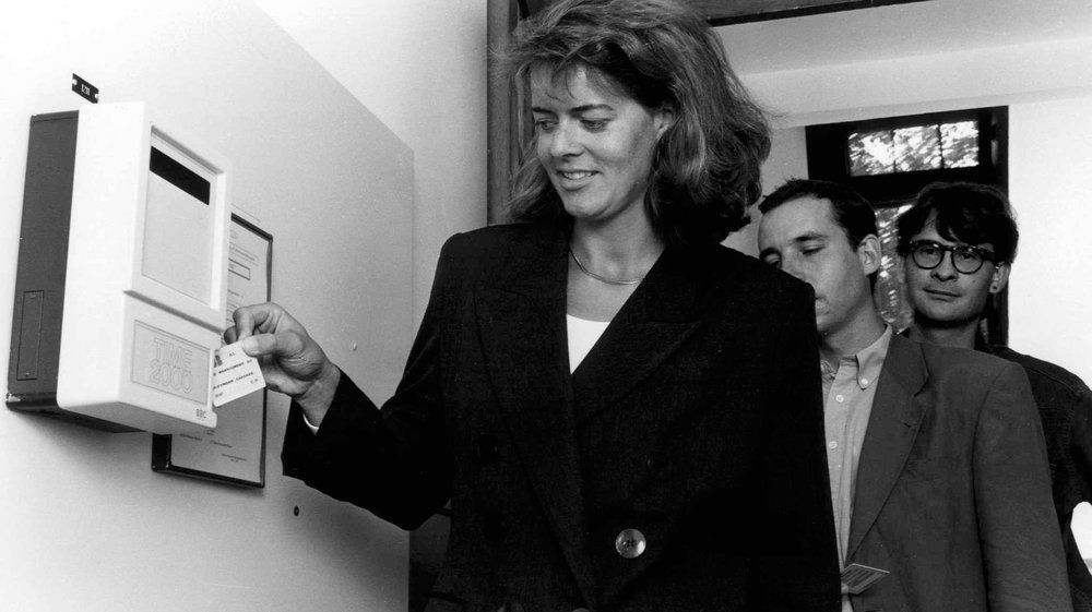 Une employée timbre chez ABB à Baden. La photo a été prise en octobre 1994.