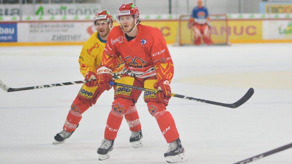 Mathias Trettenes (au premier plan) retrouve Stefan Ulmer (en jaune) sous les couleurs du HC Bienne.