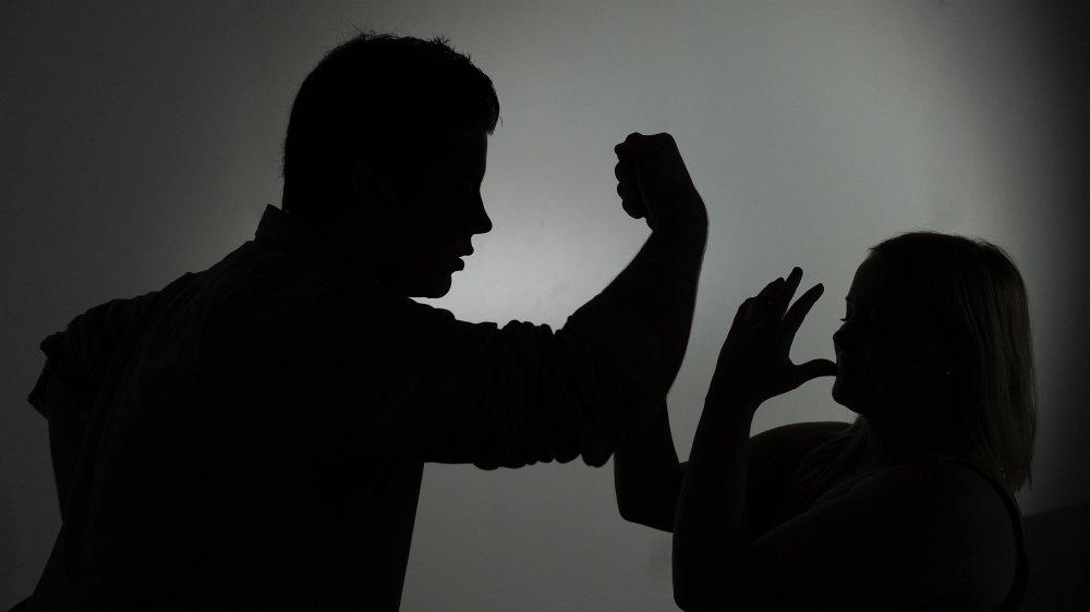 Selon l'avocat du prévenu, son client a asséné un coup de tête à sa compagne dans un excès de légitime défense (image d'illustration).