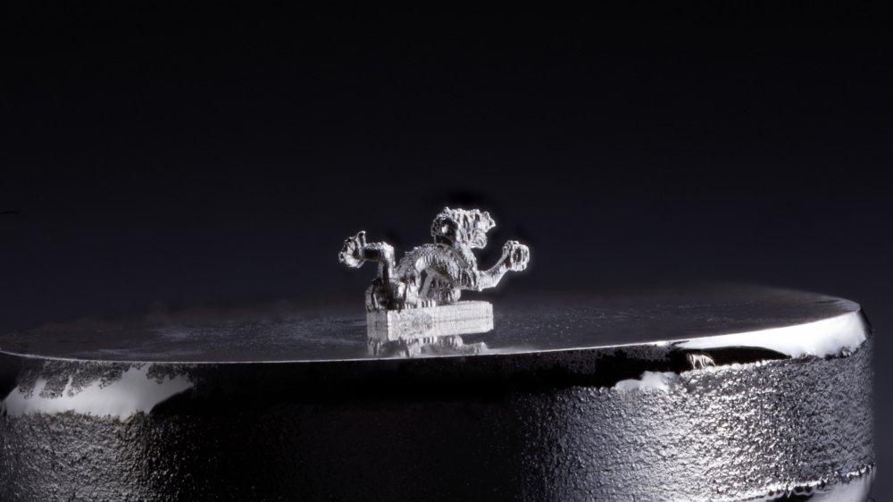 Jarys est capable de procéder à des micro-injections d'or, d'argent ou de cuivre dans du verre de silice.